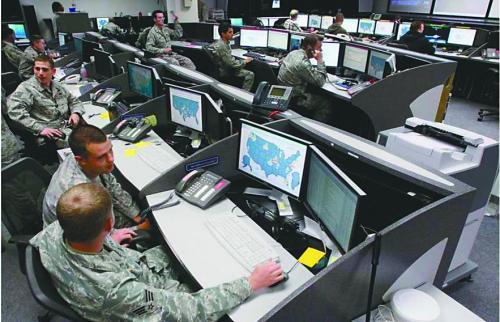 美国安全人员在位于科罗拉多的军事基地内监测网络情况。